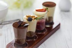 Cocktail dell'alcool della crema del cioccolato zuccherato su una tavola fotografia stock libera da diritti