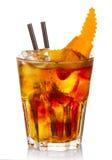 Cocktail dell'alcool di Manhatten con le fette arancio della frutta isolate Fotografie Stock