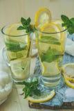 Cocktail dell'alcoolizzato o analcolico di Mojito con il limone e la menta Fotografia Stock