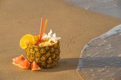 Cocktail dell'ananas sulla spiaggia Fotografia Stock Libera da Diritti