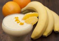 Cocktail della banana con l'arancia Immagini Stock Libere da Diritti