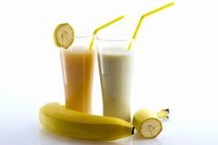 Cocktail della banana e spremuta della banana con una paglia Immagine Stock