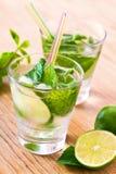 Cocktail della bevanda di Mojito sulla tabella Fotografie Stock Libere da Diritti