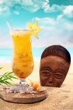 Cocktail della Bola di Cara con una maschera di legno Immagini Stock Libere da Diritti