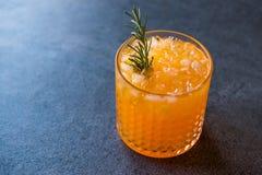 Cocktail della carota con ghiaccio tritato e rosmarini Immagini Stock