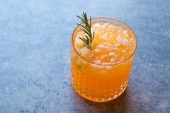 Cocktail della carota con ghiaccio tritato e rosmarini Immagini Stock Libere da Diritti