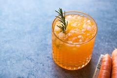 Cocktail della carota con ghiaccio tritato e rosmarini Immagine Stock