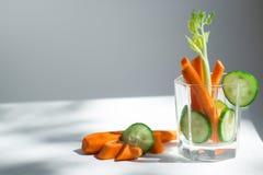 Cocktail della carota, del sedano e del cetriolo, alimento sano, luce dura fotografie stock
