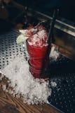 Cocktail della fragola con ghiaccio tritato su una pendenza rossa Fotografia Stock