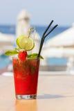 Cocktail della fragola su una spiaggia Fotografia Stock
