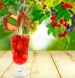 Cocktail della fragola su una tavola di legno Fotografia Stock