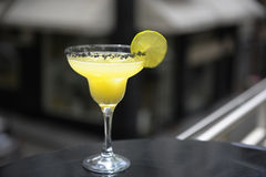 Cocktail della margarita sul terrazzo Immagini Stock