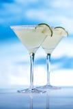 Cocktail della margarita sulla spiaggia, sul mare blu e sul cielo Immagine Stock