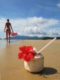 Cocktail della noce di cocco su una spiaggia sabbiosa Fotografia Stock Libera da Diritti