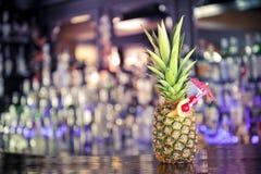 Cocktail in der Ananas Stockbild
