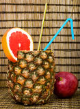 Cocktail in der Ananas mit Pampelmuse Lizenzfreie Stockfotografie