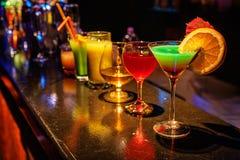 Cocktail an der Bar Stockbilder