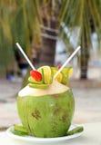 Cocktail in der Kokosnuss gedient auf weißer Platte lizenzfreie stockfotografie