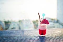 Cocktail der süßen rosa Limonade auf einer hölzernen Tischplatte stockbild