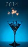 Cocktail 2014 des neuen Jahres auf blauem Hintergrund Lizenzfreies Stockfoto