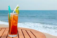 Cocktail di Americano con ghiaccio sulla tavola Fotografie Stock Libere da Diritti