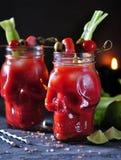 Cocktail di bloody mary in vetro-cranio con i bastoni di sedano, il sale rosa, la calce e le canape dalle verdure inscatolate immagine stock libera da diritti