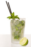 Cocktail di Caipirinha con calce e menta peperita Immagine Stock