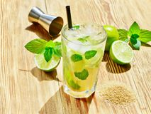 Cocktail di Caipirinha con zucchero bruno fotografie stock