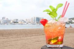 Cocktail di Caipirinha sulla spiaggia Fotografia Stock Libera da Diritti