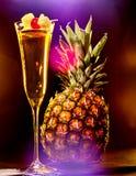 Cocktail di Champagne con la ciliegia e l'ananas 42 Fotografie Stock Libere da Diritti