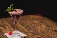Cocktail di classe, con la menta e le ciliege sul tovagliolo fotografia stock libera da diritti