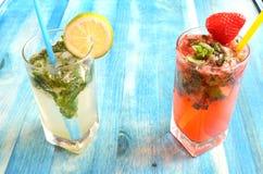 Cocktail di estate con i frutti su fondo blu fotografia stock libera da diritti