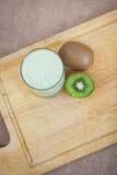 Cocktail di estate di kiwi e del gelato su un fondo di legno Fotografia Stock