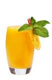 Cocktail di frutta di rinfresco Bevanda di rinfresco con la polpa del mango, decorata con la fetta e la menta arancio immagini stock libere da diritti