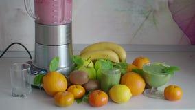 Cocktail di frutta e frutta sul tavolo da cucina archivi video