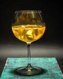 Cocktail di frutta giallo luminoso di estate, limonata, foto dello studio, fondo scuro Fotografia Stock