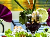 Cocktail di gamberetto con il limone in un vetro di vino immagini stock libere da diritti