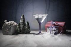 Cocktail di inverno - la scena della neve e della bevanda alcolica con un tema di Natale o idee e ricette per il Natale beve Vetr fotografia stock