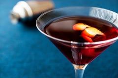 Cocktail di Manhattan con scorza d'arancia fotografie stock libere da diritti