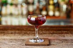 Cocktail di Manhattan sulla barra fotografia stock libera da diritti