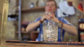 Cocktail di miscelazione del barista in tazza del metallo video d archivio