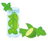Cocktail di Mohito con la menta e la calce verdi Fotografie Stock Libere da Diritti