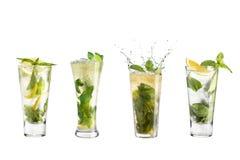 Cocktail di Mojito con calce e la menta in un vetro di highball Metta del mojito su un fondo bianco immagini stock libere da diritti
