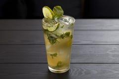 Cocktail di Mojito con calce e la menta in vetro di highball fotografia stock