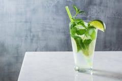 Cocktail di Mojito con la menta e la calce sul contatore Fotografie Stock Libere da Diritti