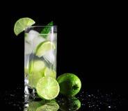 Cocktail di Mojito con le calce fresche Fotografia Stock Libera da Diritti