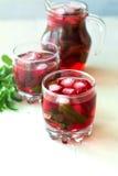 Cocktail di mojito della fragola con il fuoco selettivo del ghiaccio e della menta Immagini Stock Libere da Diritti