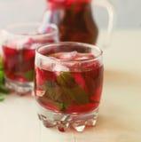 Cocktail di mojito della fragola con il fuoco selettivo del ghiaccio e della menta Fotografia Stock