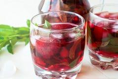 Cocktail di mojito della fragola con il fuoco selettivo del ghiaccio e della menta Fotografia Stock Libera da Diritti