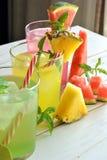 Cocktail di Mojito di parecchi sapori tropicali Immagini Stock